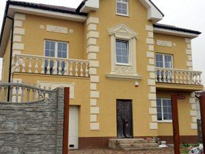 Отделка фасада дома лепниной